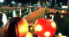 PAR09:FRANCE-HALLOWEEN:PARIS,30OCT97 -  Eight thousand pumpkins, weighing 85 tons, strewn in the Trocadero gardens at the base of Paris' Eiffel tower, October 30. France Telecom, the French telecommunications firm, invited the capital's children to an American-style Halloween event with light show, parade, face-painting and pumpkin pie-making workshops.  cp/Photo by Jean-Christophe Kahn REUTERS